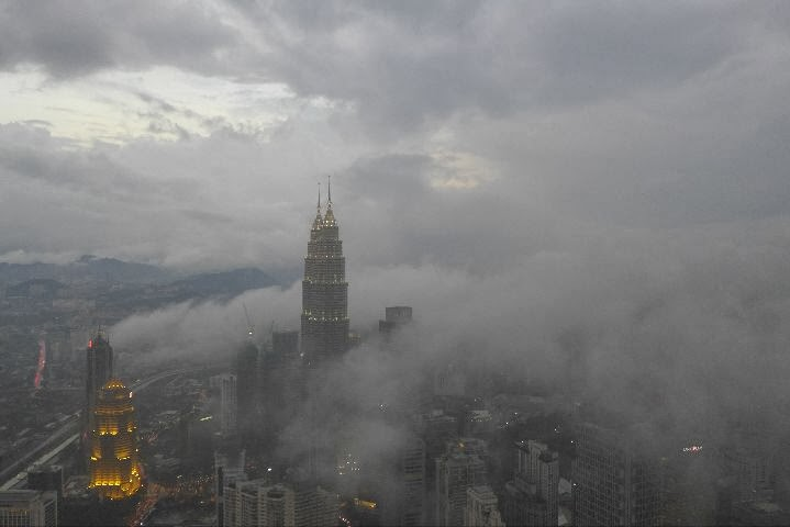 Petronas Towers im Nebel